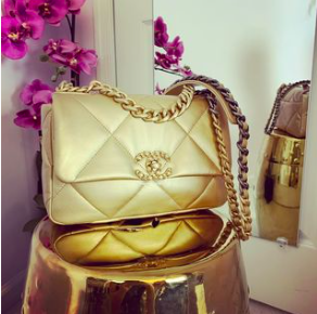 GOLD Chanel 19 Flapbag in Medium Review